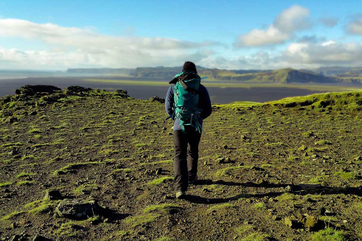 How to choose the best hiking backpack: adventurer wearing backpacking backpack