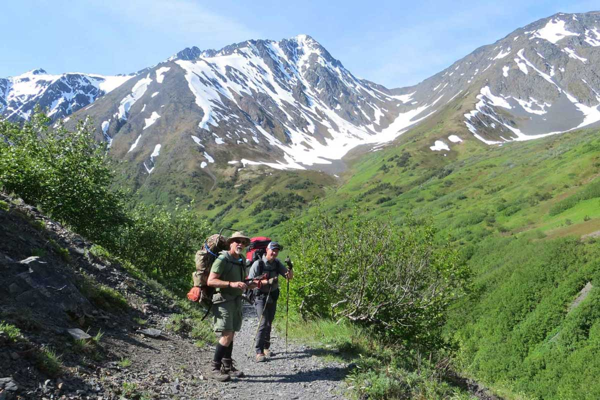 How to choose the best hiking backpack: external frame pack and internal frame pack