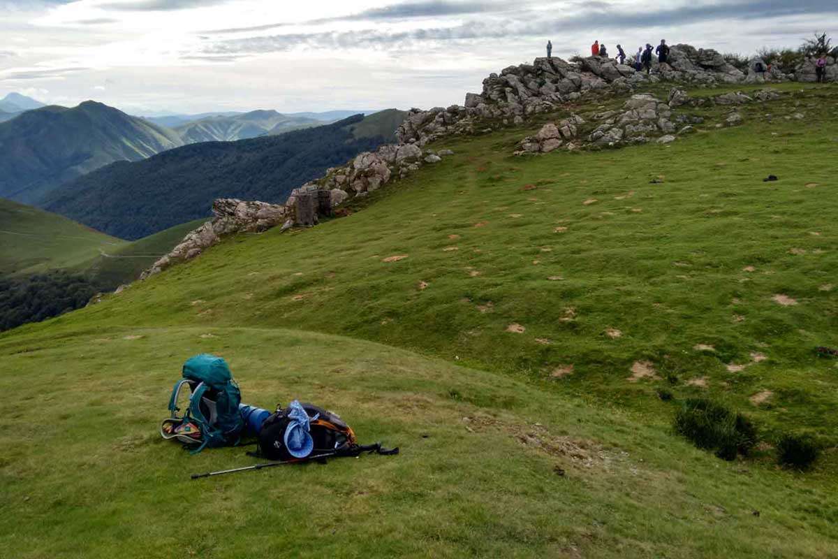 How to choose the best hiking backpack: two packs on a green hill
